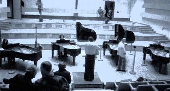 Concierto para cuatro pianos por cuartos de tono.